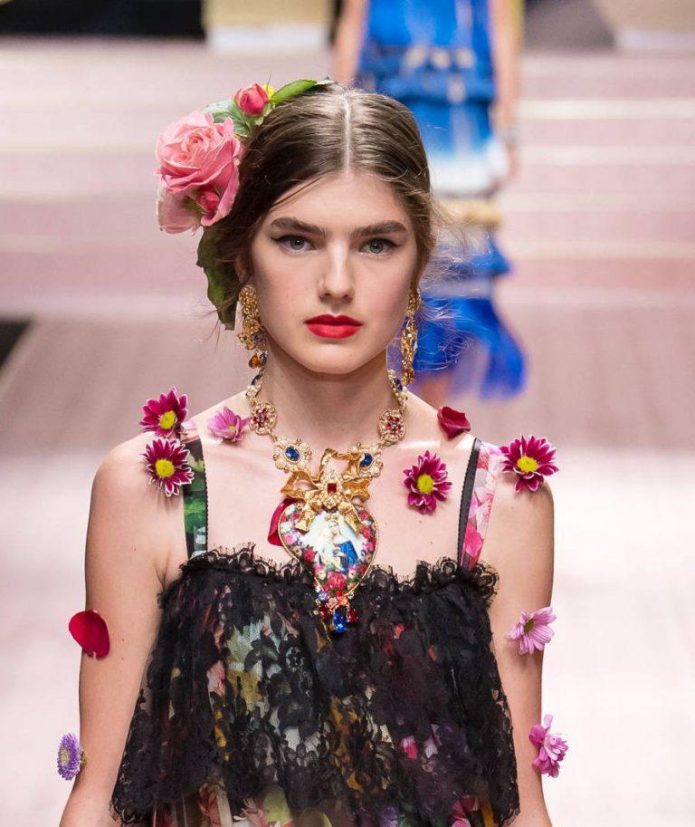 модные заколки 2020 стильная прическа фото цветы на голове
